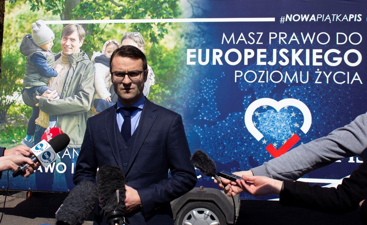 """""""Masz prawo do europejskiego poziomu życia"""". PiS zaprezentowało pierwszy bilbord w kampanii wyborczej do PE"""