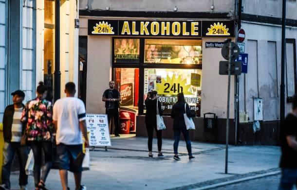 """Pijemy więcej """"małpek"""". Wódkę w małych butelkach kupuje 3 mln Polaków dziennie!"""