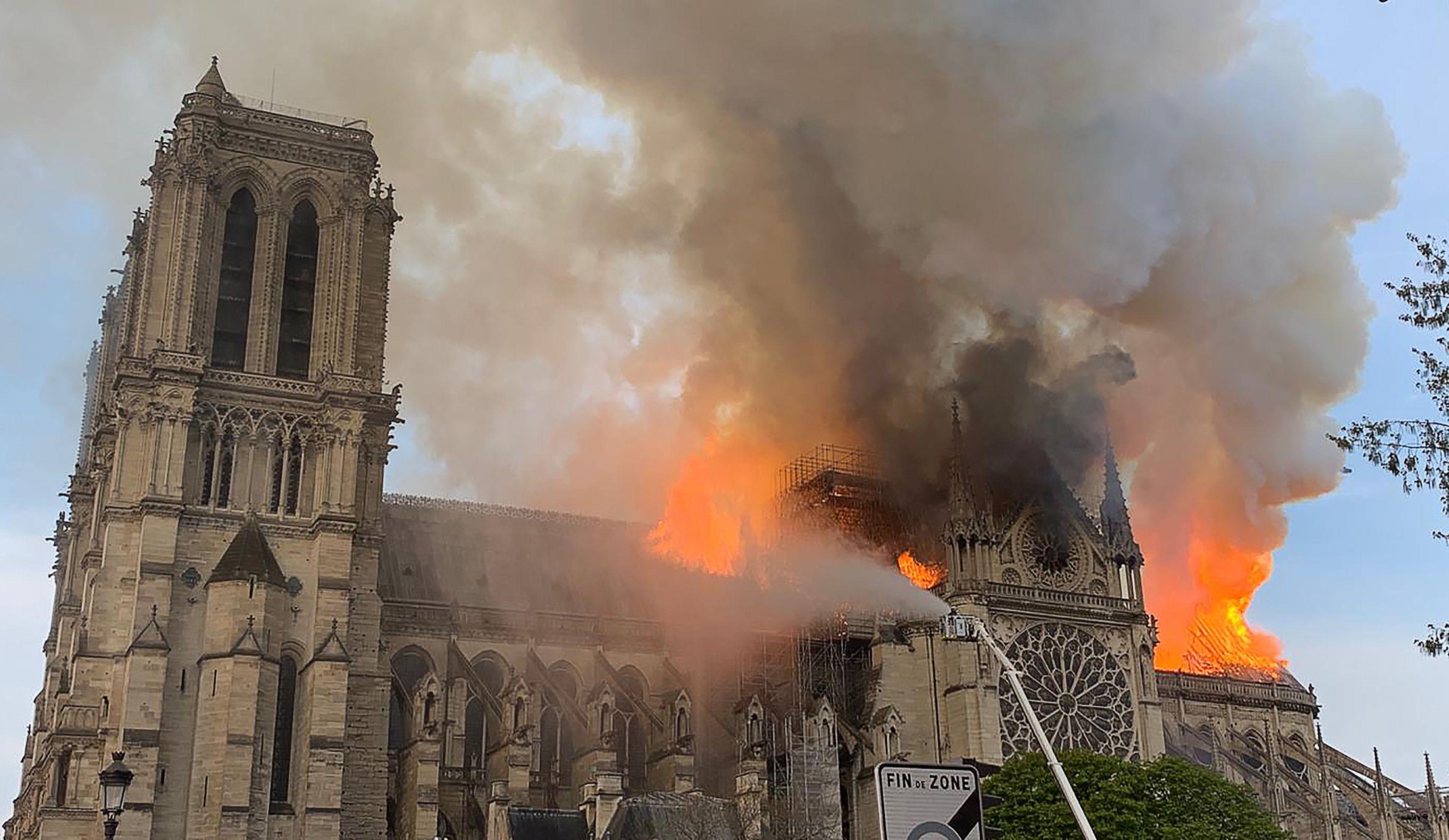 Deklaracje pomocy przy rekonstruowaniu paryskiej świątyni po poniedziałkowym pożarze płyną z całego świata. Także z… Krakowa