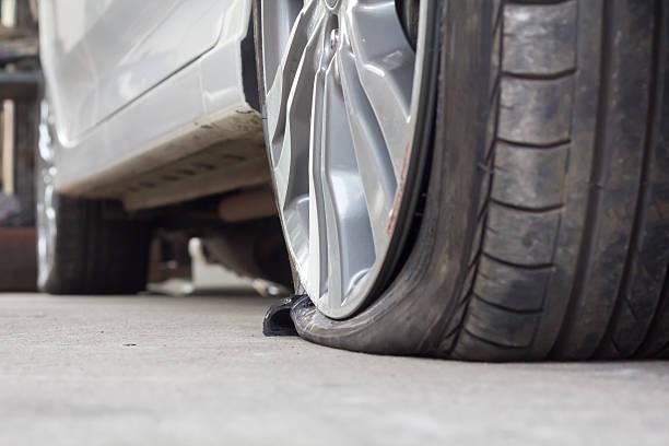Ktoś poprzecinał setki opon w zaparkowanych  samochodach