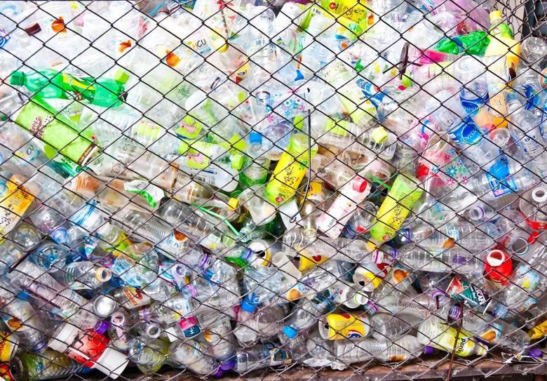 Dyrektywa plastikowa: Klienci będą płacić w sklepach kaucje za butelki plastikowe?