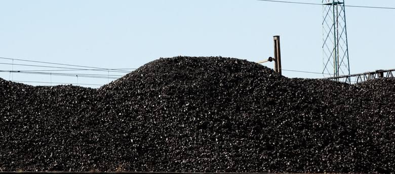 Rosną zwały polskiego węgla, a spółki energetyczne sprowadzają go z zagranicy. Związkowcy boją się plajty kopalń