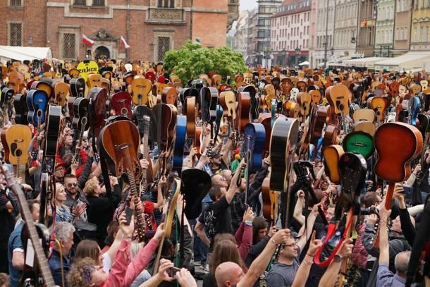 Jest nowy rekord Guinnessa! We Wrocławiu  jednocześnie zagrały 7423 gitary!