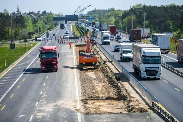 Autostrada A2 w Poznaniu: Robotnicy obrzucani są butelkami z moczem… [FOTO]