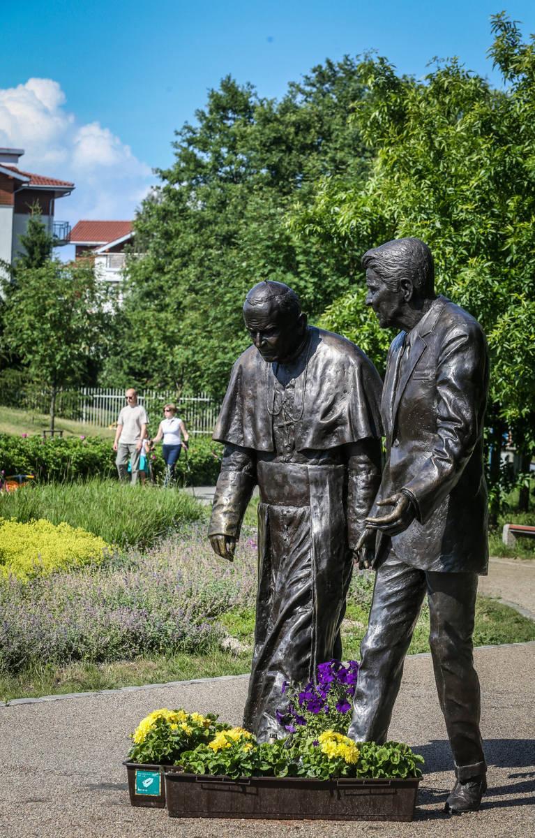 Zniszczono pomnik Jana Pawła II i Ronalda Reagana na Przymorzu