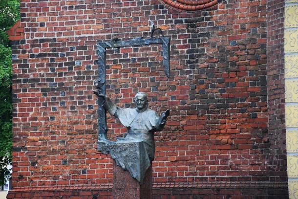 Kontrowersyjny napis pod pomnikiem Jana Pawła II w Oleśnicy