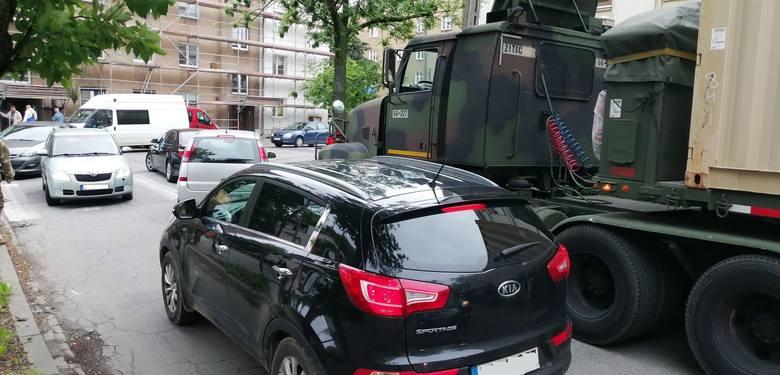 Poznań: Amerykańskie wojska mają problemy na poznańskich ulicach. Samochód wojskowy uderzył w sygnalizator na skrzyżowaniu