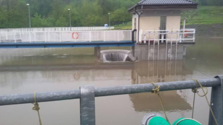 Powódź na Śląsku: Ewakuacja ludzi w Wilkowicach. Zapora może pęknąć