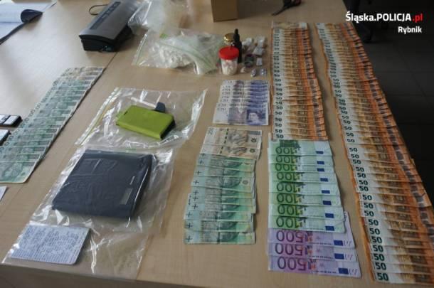 Rybnik: 10 tys. działek amfetaminy i 32 tys. zł w różnych walutach