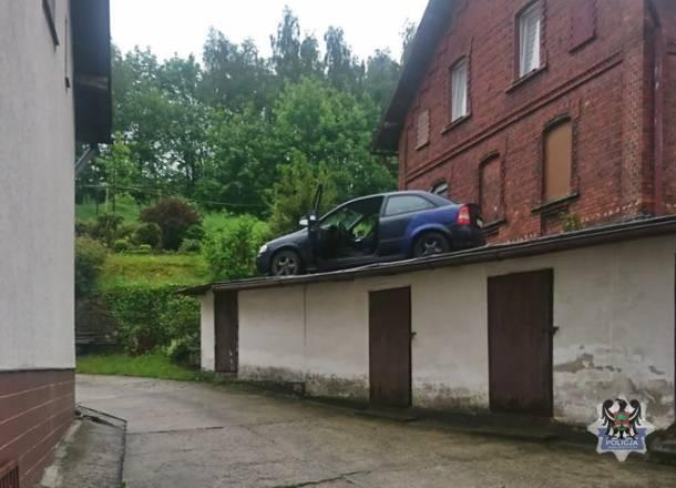 Uciekając przed policją wjechał na… dach budynku