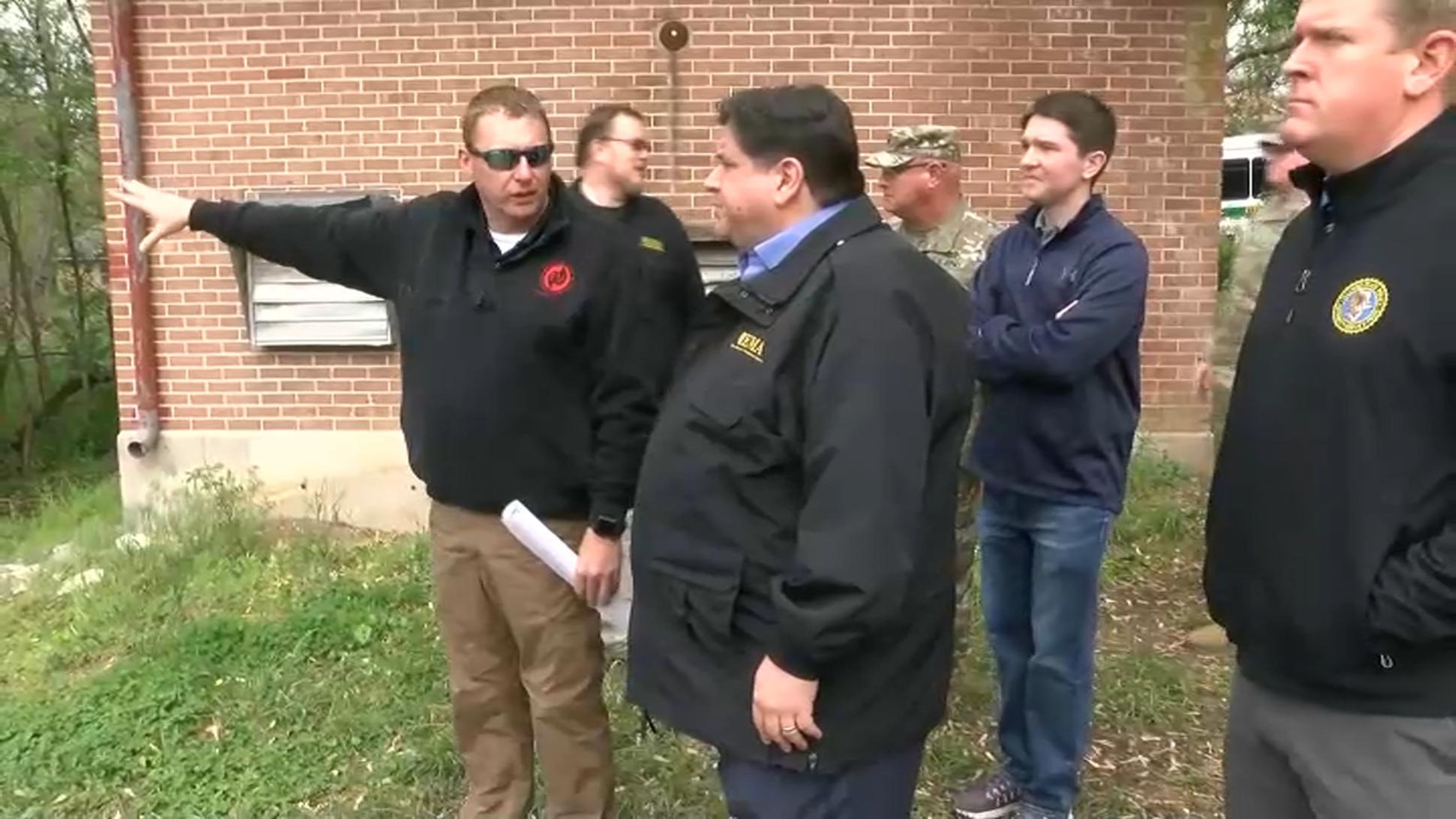 Gubernator Pritzker odwiedził tereny Illinois, które ucierpiały na skutek podtopień
