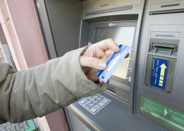 Dolny Śląsk: Złodzieje kradną wasze pieniądze z bankomatów, dzięki specjalnym nakładkom