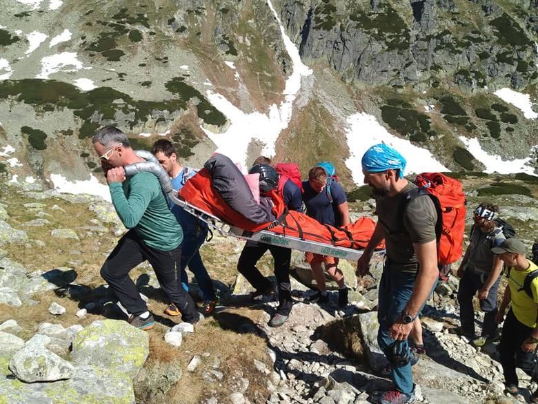 Tatry: Wnieśli sparaliżowaną koleżankę na Mnicha