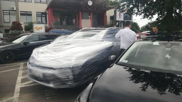"""Samochód prezydenta Sieradza oklejony folią. To """"kara"""" za potrącenie blisko 80-letniej kobiety"""
