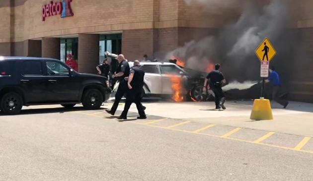 Policjanci uratowali mężczyznę z płonącego samochodu w Palatine