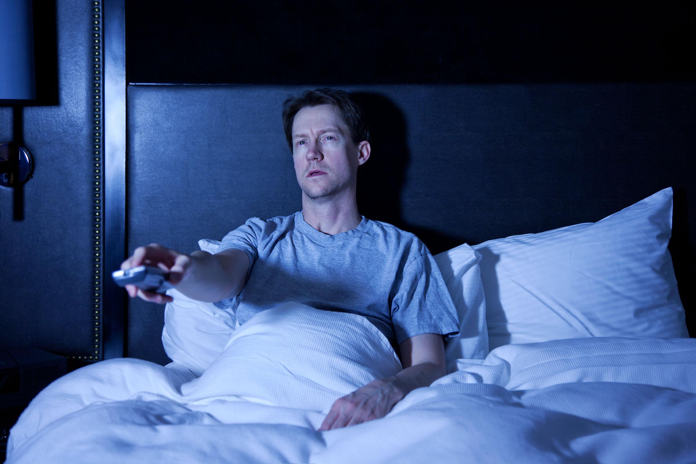 Naukowcy ostrzegają: Włączony telewizor w sypialni przyczynia się do naszej nadwagi