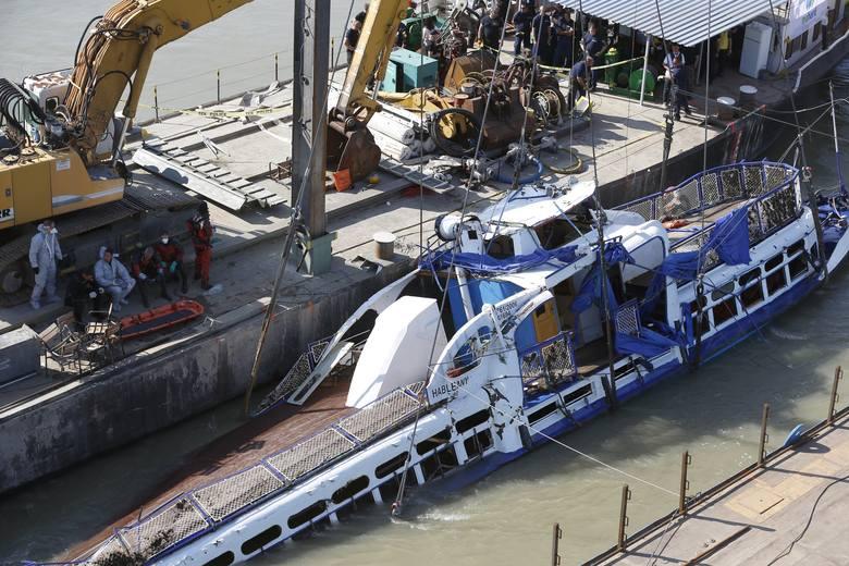 Wydobyto część ciał koreańskich turystów z łodzi, która zatonęła w Budapeszcie na Dunaju