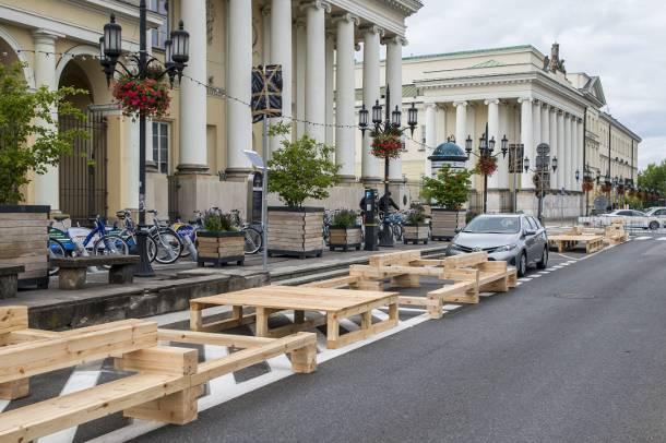 Warszawa: Odpoczynek na asfalcie… Plac Bankowy nie dla samochodów. Są za to… leżaki, drzewa i kwiaty