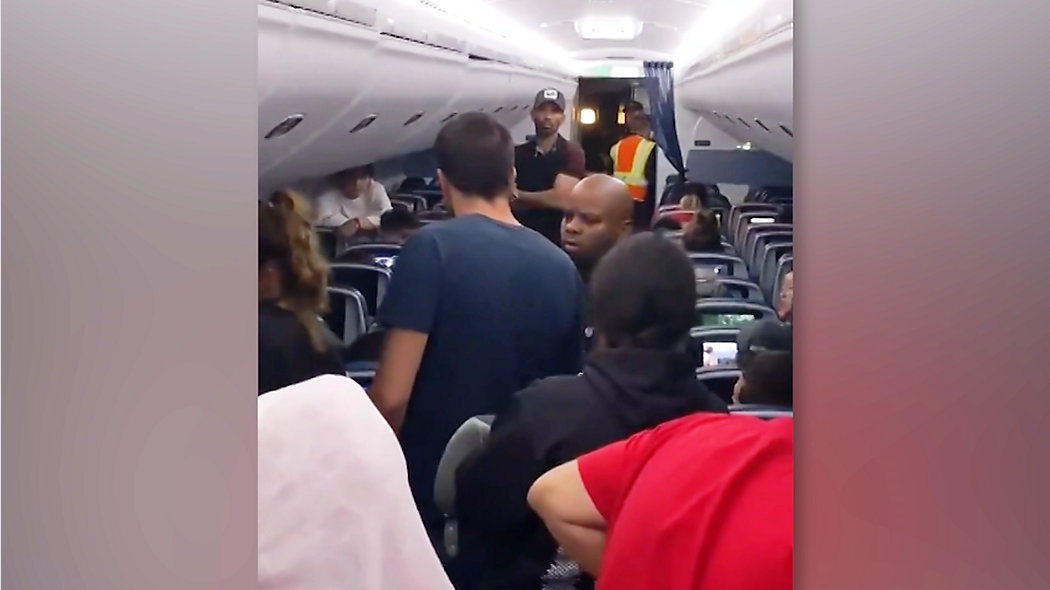 Pasażerowie uwięzieni na pokładzie samolotu