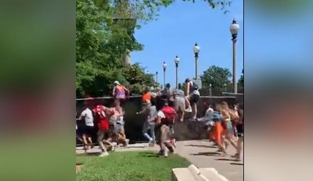 Co najmniej 50 osób próbowało skacząc przez ogrodzenie dostać się na festiwal Lollapalooza