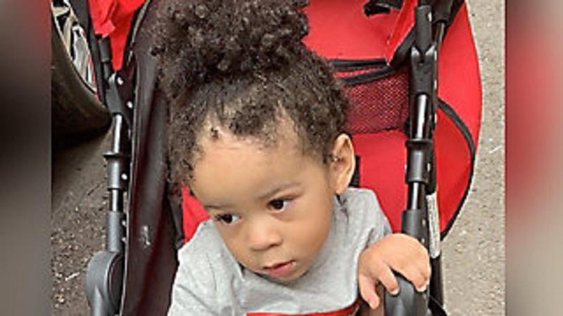 Roczne dziecko znaleziono w samochodzie