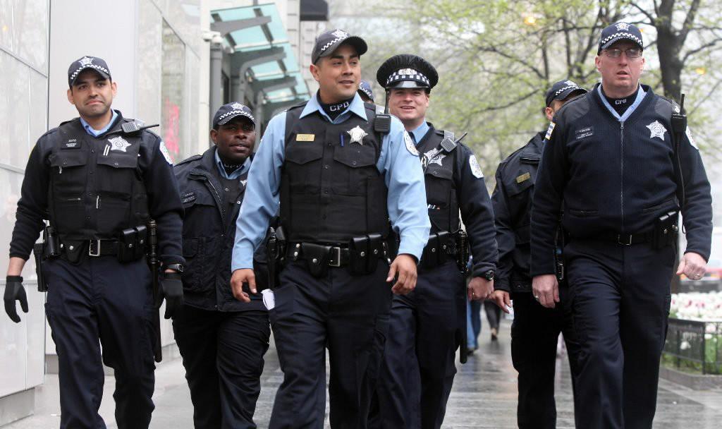 Wzmocnione patrole chicagowskiej policji podczas świątecznego weekendu Labor Day
