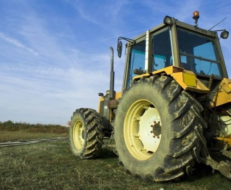 Łódzkie: Traktor przejechał rolnika. Ciągnikiem kierowało dziecko. Wypadek w gospodarstwie koło Bełchatowa