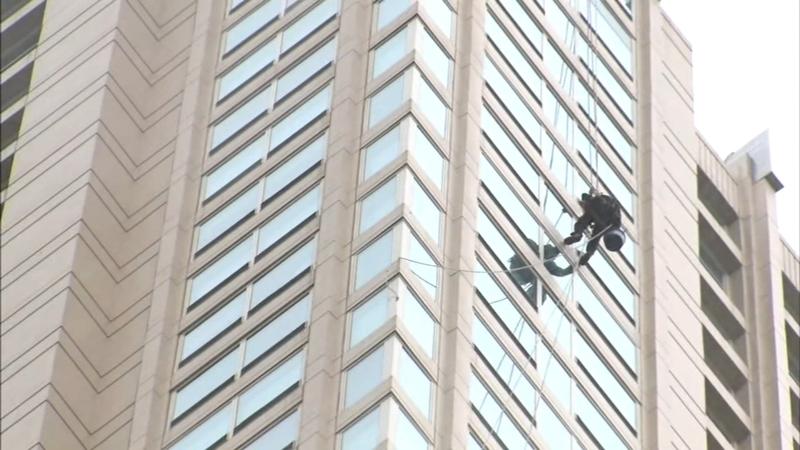 Mężczyzna myjący okna utknął na wysokości 53 piętra