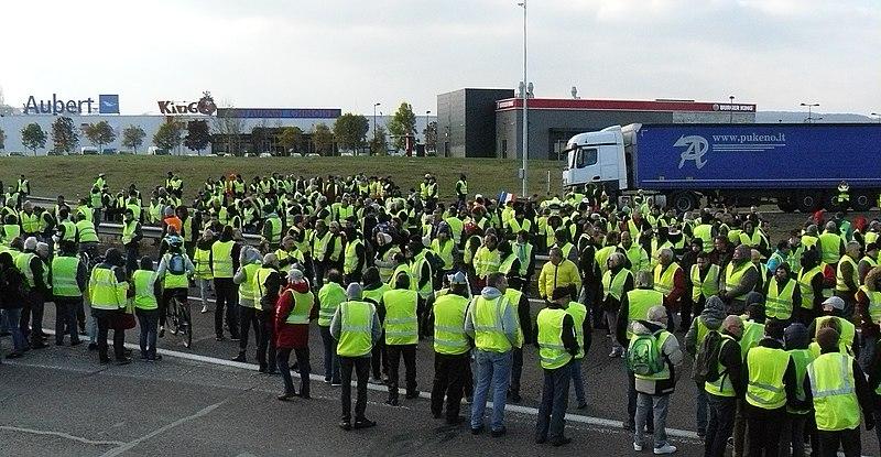 """Francja: Reaktywacja """"żółtych kamizelek"""" po wakacjach. Liczne zatrzymania"""