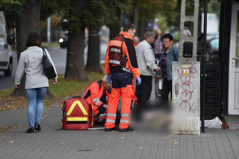 Leszno: Przewrócił się koło przychodni lekarskiej i zmarł. Lekarz próbował pomóc dopiero po awanturze