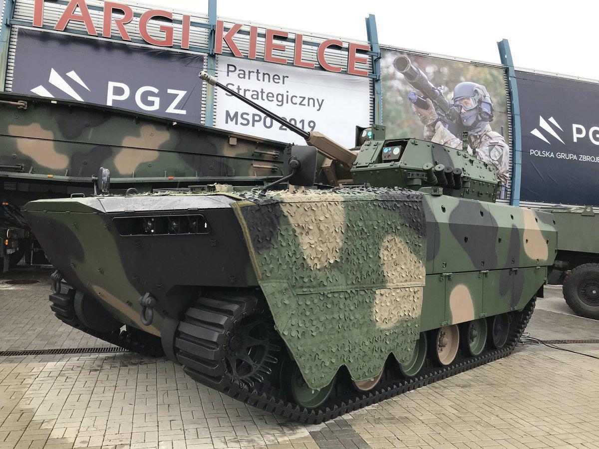 """Zaprezentowano prototyp nowego Bojowego Pływającego Wozu Piechoty """"Borsuk"""". """"Wojsko Polskie długo czekało na pojazd"""""""