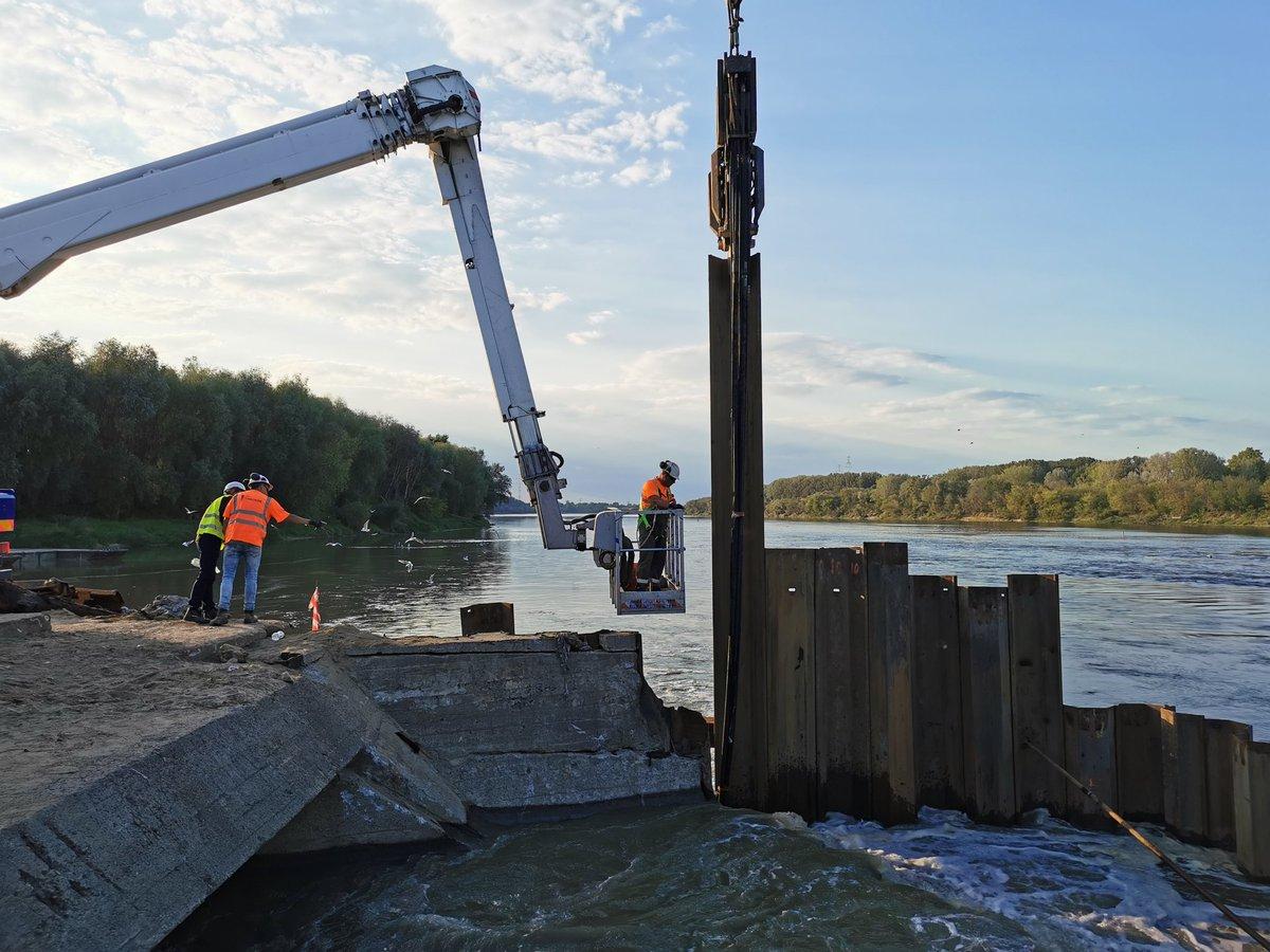 Warszawa: Wciąganie rurociągu na most pontonowy