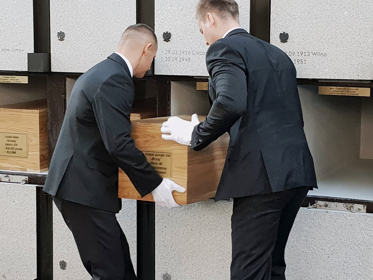 """Państwowy pogrzeb 22 ofiar terroru komunistycznego odnalezionych na """"Łączce"""""""