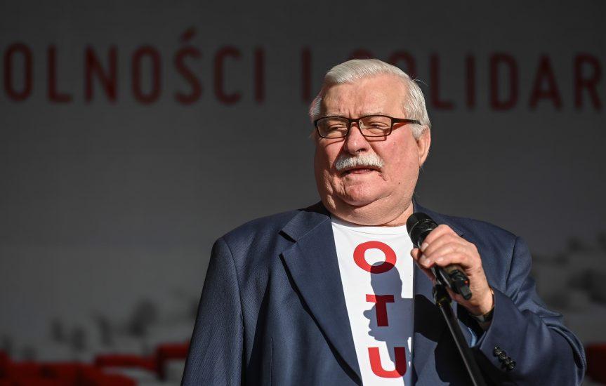 """Lech Wałęsa opublikował apel do Polaków. – Uwierzcie w siebie, nie siedźcie """"na kanapie"""" – napisał"""