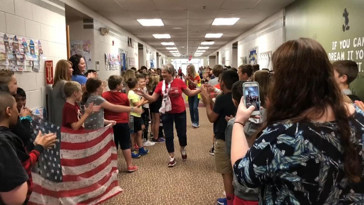 Uczniowie pogratulowali pracującej w szkole w Lemont Polce uzyskania amerykańskiego obywatelstwa