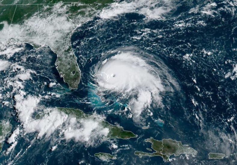 Kradli piasek, żeby przygotować się na huragan Dorian. Zostali aresztowani