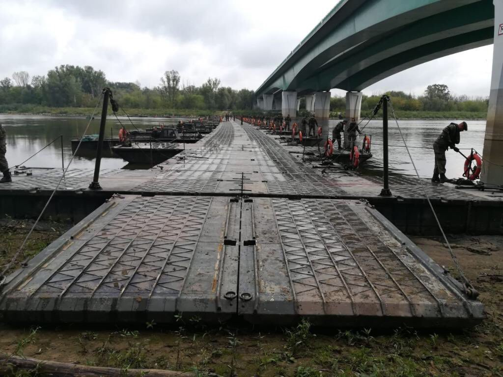 Saperzy zakończyli łączenie elementów mostu pontonowego na Wiśle w Warszawie