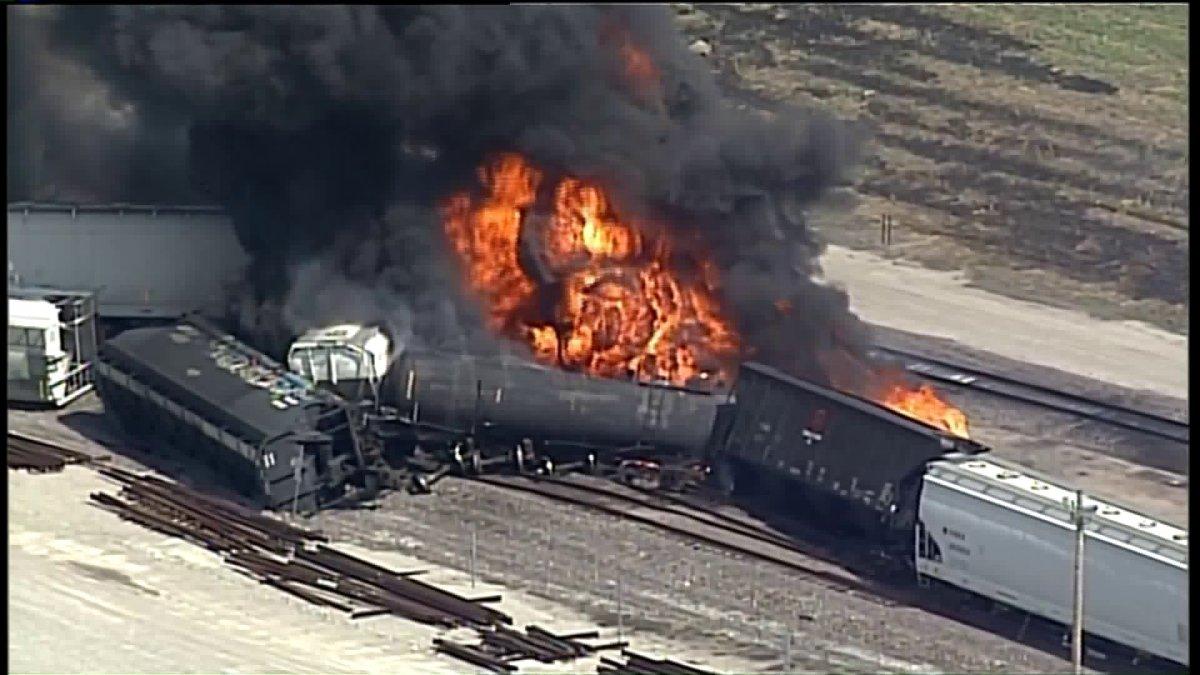 W pobliżu St. Louis wykoleił się pociąg towarowy. Doszło do pożaru
