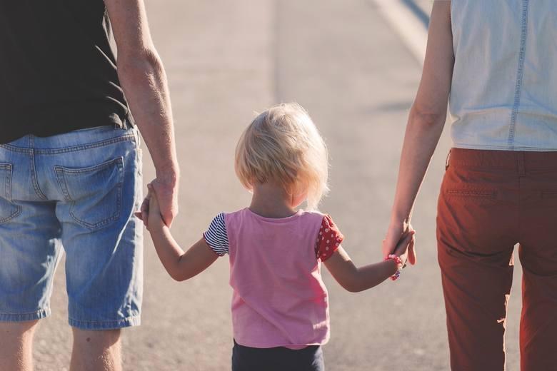 Mandat za spacer z dzieckiem po chodniku? TK ma wytłumaczyć źle skonstruowane prawo
