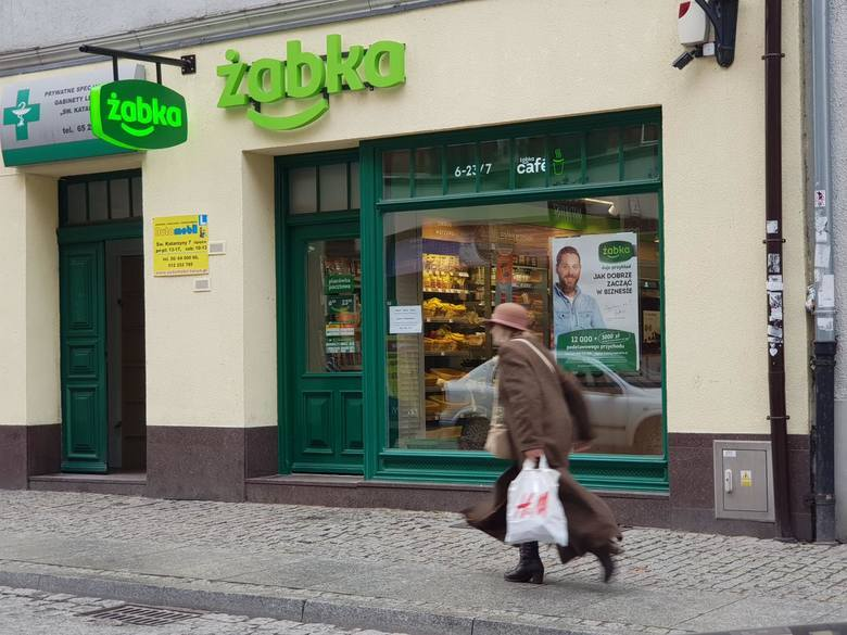 Żabka kusi pieniędzmi franczyzobiorców. Nie obiecuje, a gwarantuje 15 tys. złotych netto przychodu przez pierwsze pół roku prowadzenia sklepu