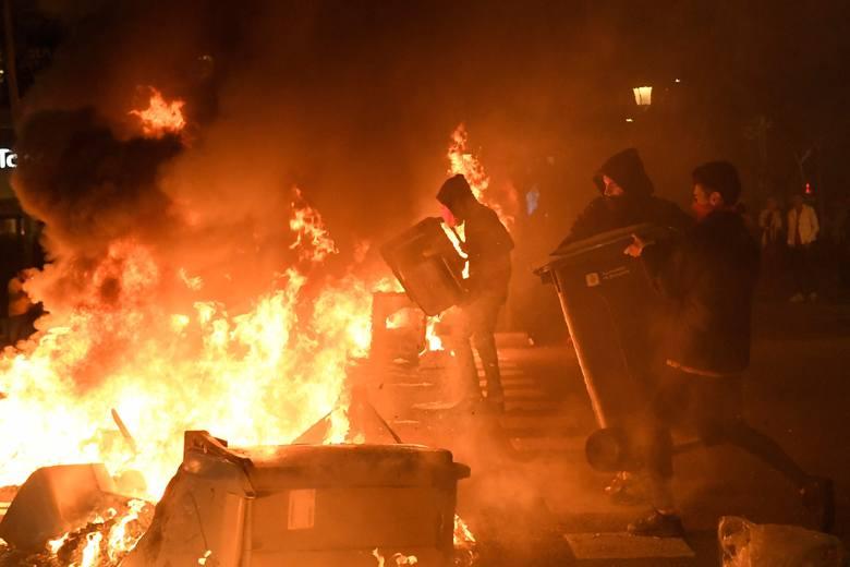 Barcelona: Wrzenie po skazaniu przywódców katalońskich. Płona barykady, walki z policją