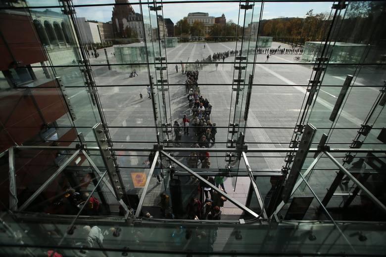 Wrocław: Gigantyczna kolejka po wejściówkę na spotkanie z Olgą Tokarczuk