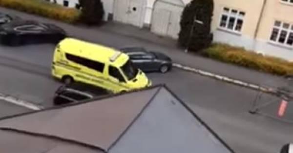 Norwegia: Dwoje siedmiomiesięcznych dzieci rannych po tym jak uzbrojony mężczyzna wjechał skradzionym ambulansem w grupę pieszych [wideo]