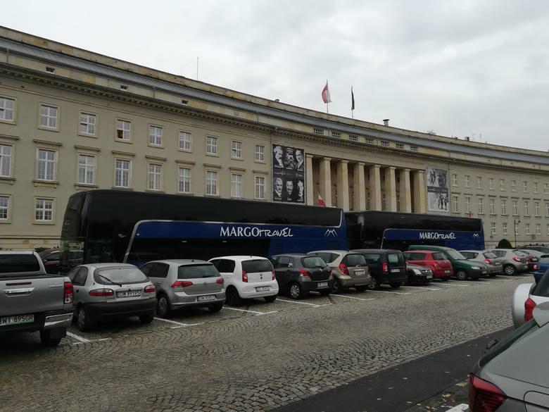 Blokada przed Dolnośląskim Urzędem Wojewódzkim. Zdesperowany właściciel firmy przewozowej zablokował parking autokarami