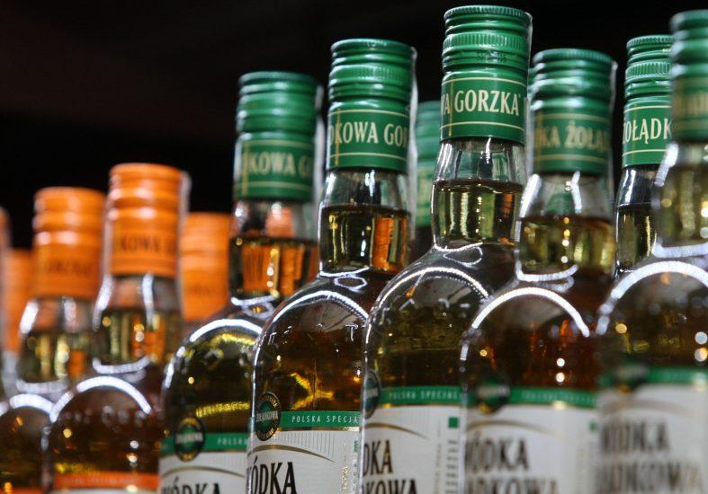 Rząd chce podwyższyć akcyzę. Alkohol i papierosy mocno podrożeją