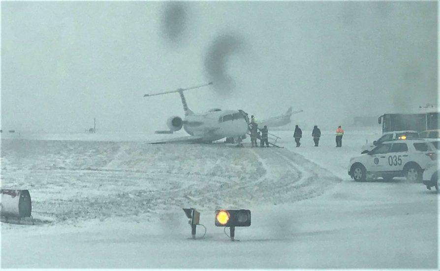 Na lotnisku O'Hare w Chicago samolot ześlizgnął się z pasa (VIDEO)