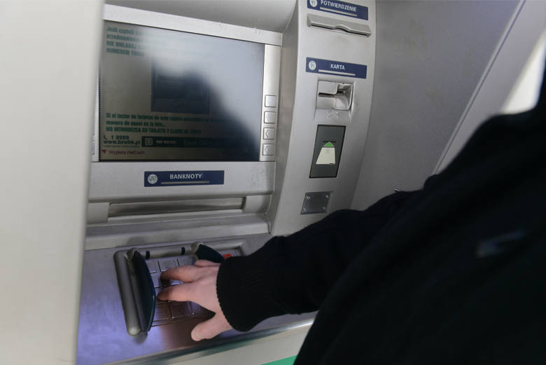 Wypłaty z bankomatów: Klientów czekają wysokie podwyżki? Wszystko przez wyrok Trybunału Sprawiedliwości Unii Europejskiej