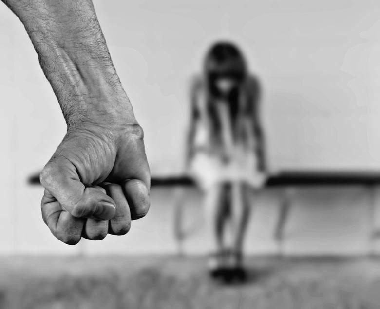 Pedofil latami gwałcił dziewczynkę. Wyrok jest przerażająco łagodny!