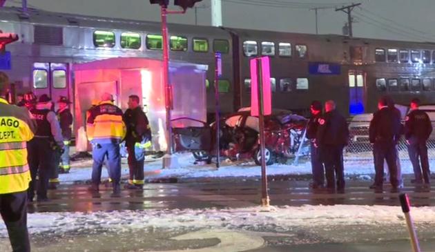 Metra zderzyła się z samochodem osobowym. Cztery osoby ranne